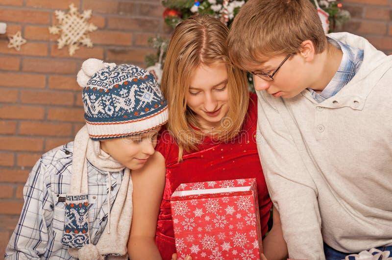 打开礼物的愉快的孩子 新年度 免版税库存照片