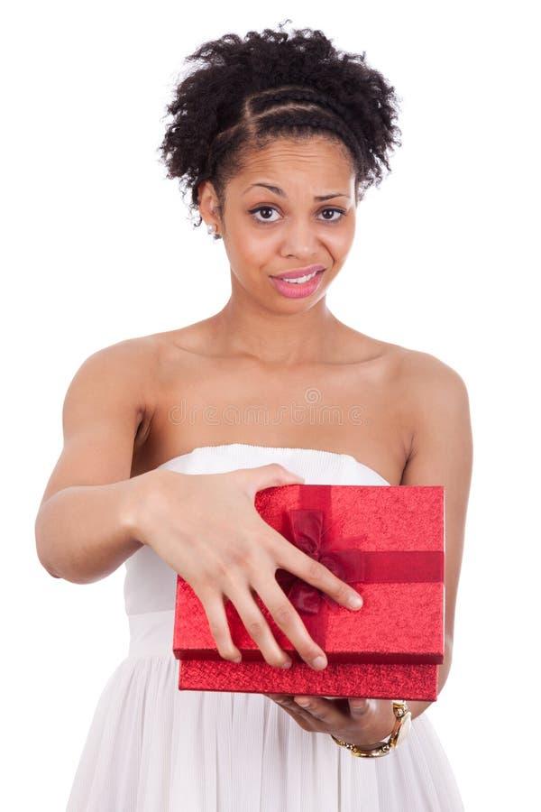 打开礼物盒的失望的年轻非裔美国人的妇女 免版税库存图片