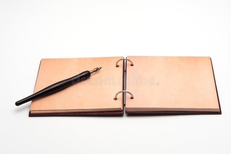 打开笔记本和老钢笔 免版税图库摄影