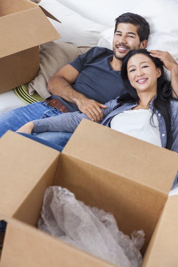 打开箱子的亚洲中国夫妇移动议院 免版税库存图片