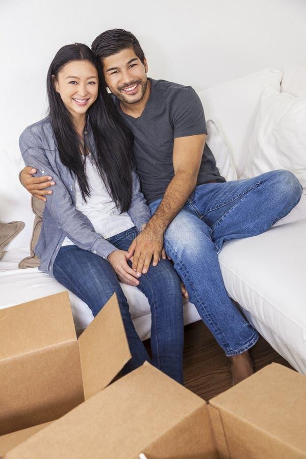 打开箱子的亚洲中国夫妇移动议院 免版税库存照片