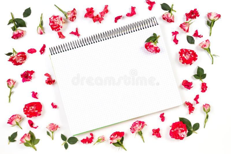 打开纸笔记本和玫瑰色框架 平的位置,顶视图 库存照片