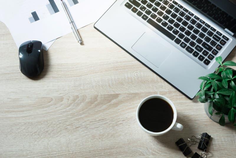 打开膝上型计算机、文献和无奶咖啡在办公室桌上 顶视图,拷贝空间 免版税图库摄影