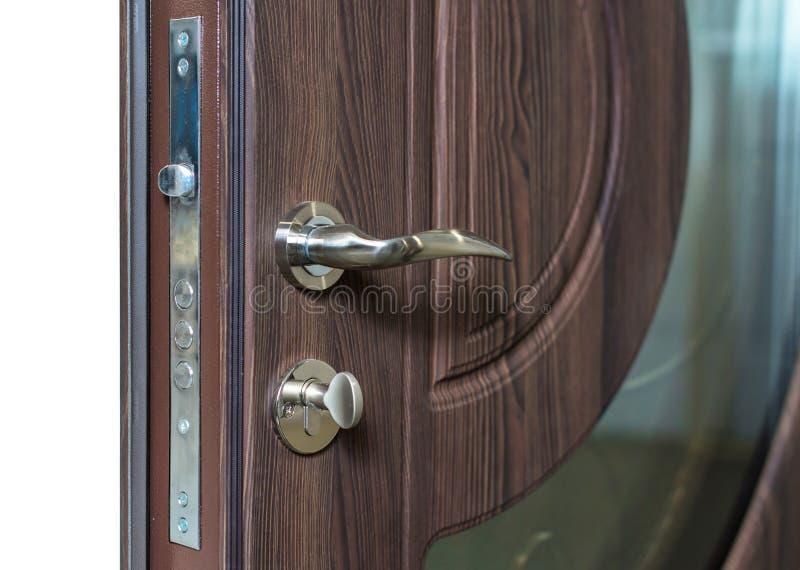 打开装甲的门 门锁,黑褐色门特写镜头 现代室内设计,门把手 新概念的房子 庄园舱内甲板房子实际租金销售额 库存图片