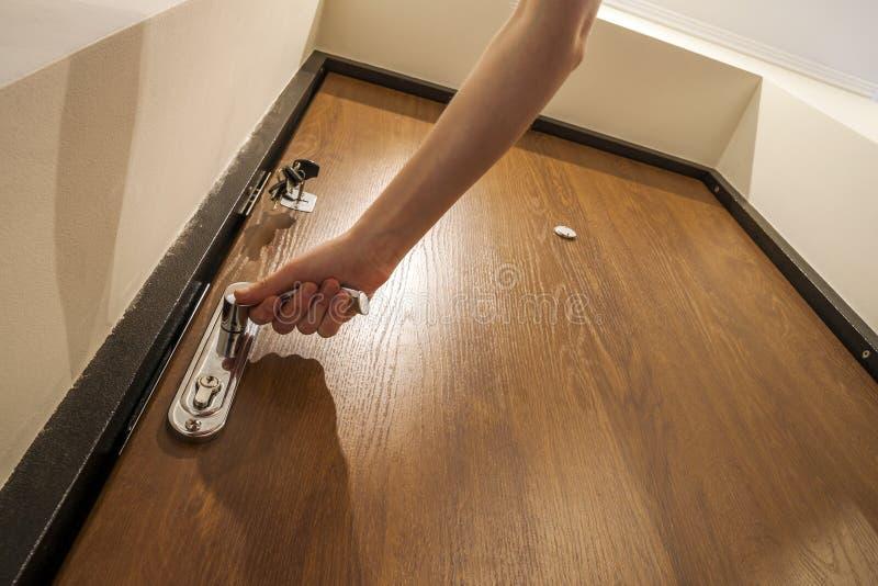 打开门的手 设法的窃贼或的夜贼进入房子, 免版税库存图片