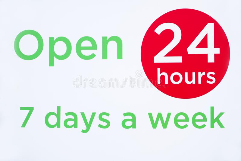 打开24个小时每星期七天围绕圈子标志红色和绿色反对白色背景商店开头时间 库存图片