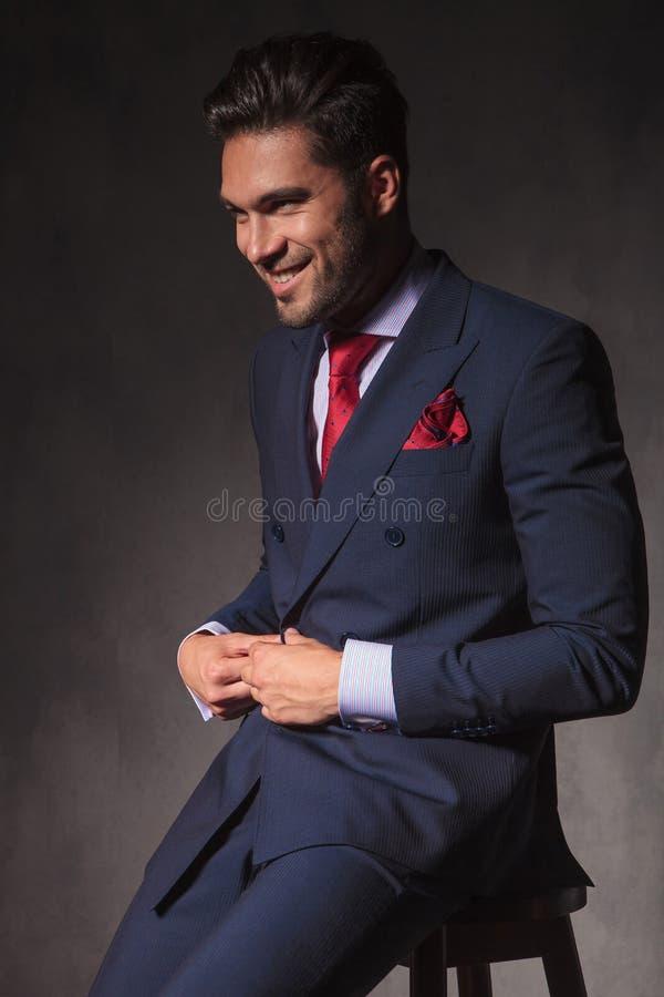 打开他的夹克的微笑的年轻商人 库存照片