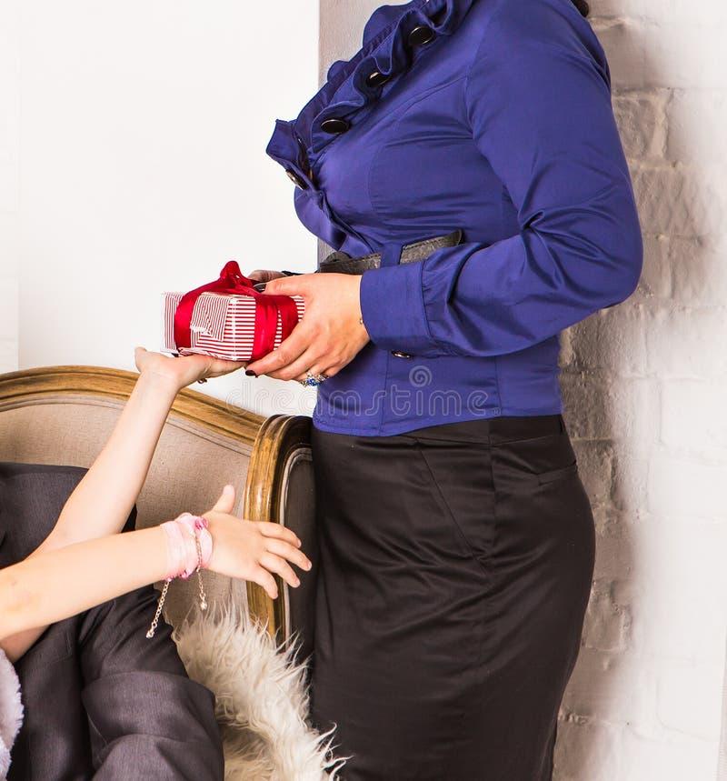 打开a的母亲和她的小女儿 免版税图库摄影