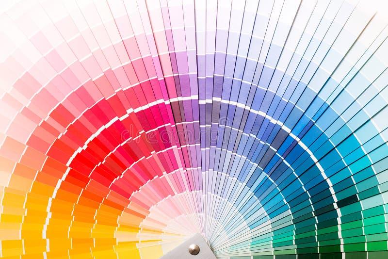 打开Pantone样品颜色编目。 免版税库存图片