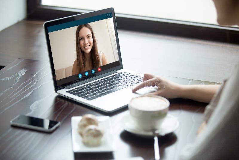 打录影电话对咖啡馆的女朋友,关闭的妇女  免版税库存照片