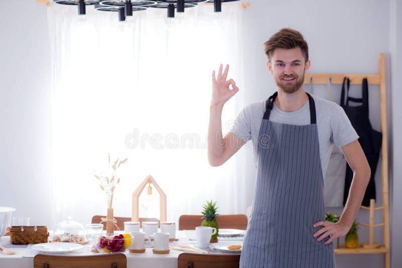 打手势一位微笑的男性的厨师的画象好 免版税库存照片