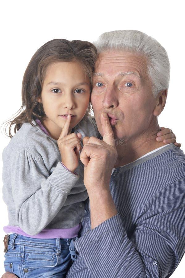 打手势与手指的老人和女孩沈默在白色背景的嘴唇 免版税图库摄影