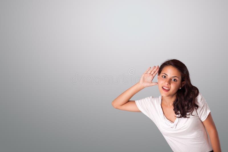 打手势与拷贝空间的俏丽的妇女 免版税库存图片