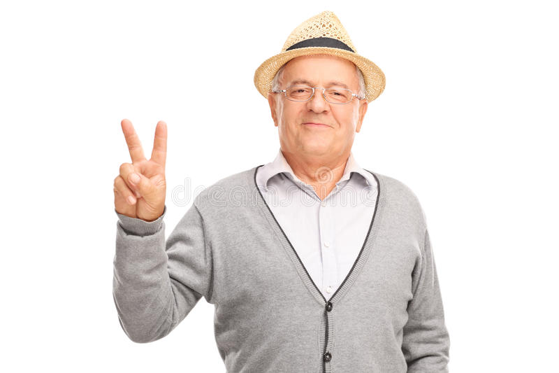打手势和平标志用他的手的老人 免版税库存图片