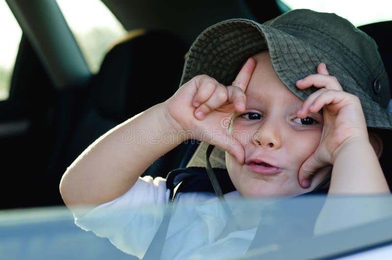 打手势在的恶作剧小男孩 免版税库存图片