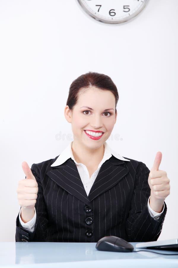 打手势好的符号的女实业家。 库存图片