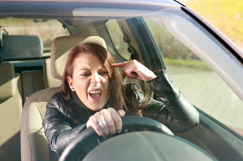 打手势妇女的恼怒的汽车 免版税库存图片