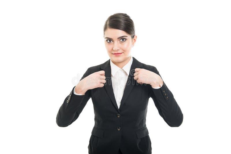 打手势安全带的美丽的空中小姐画象  免版税图库摄影