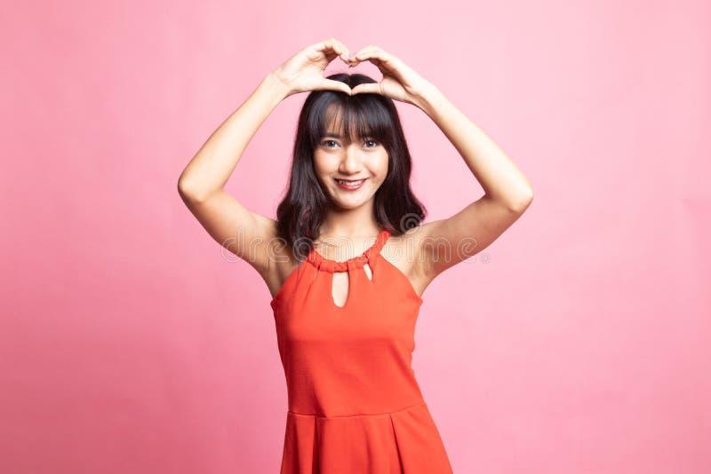打手势心脏手标志的年轻亚裔妇女 免版税库存照片