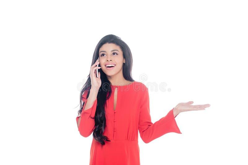 打手势快乐的非裔美国人的妇女谈话在智能手机和用手隔绝 免版税库存图片