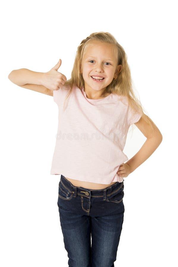 打手势激动的和微笑的快乐的上升的胳膊的美丽和愉快的女孩隔绝在白色 免版税库存照片
