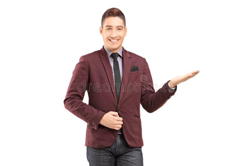 打手势用喂手的一个时髦的微笑的男性 免版税库存照片