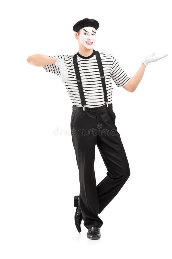 打手势用手的一位男性笑剧艺术家的全长画象 免版税库存照片