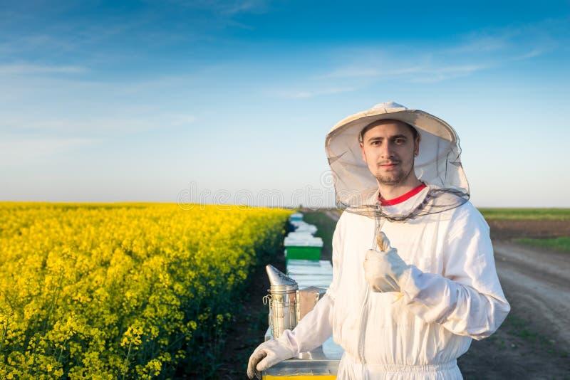 打手势赞许的年轻养蜂家 库存图片