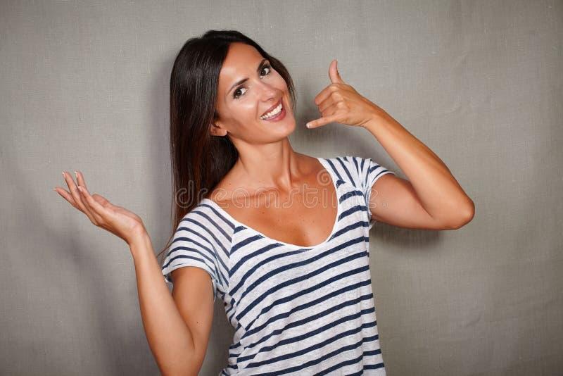 打手势顾客服务电话的愉快的妇女 免版税库存照片
