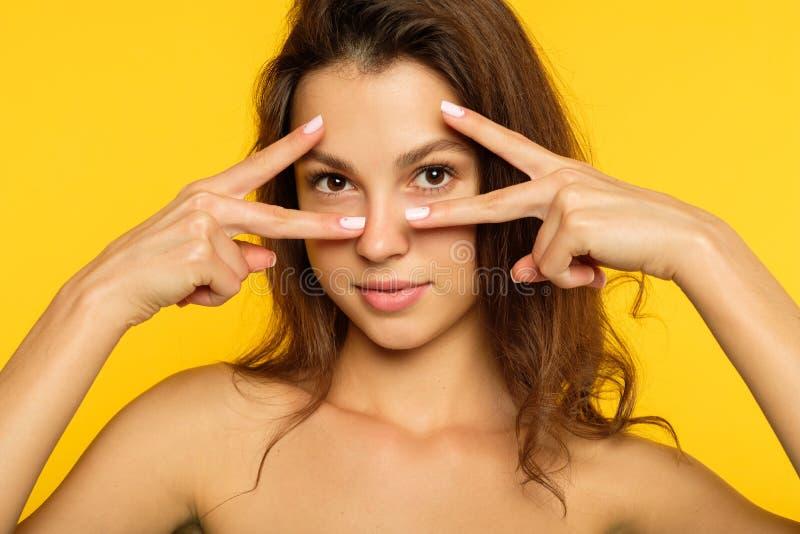 打手势V形标志乐趣迪斯科的逗人喜爱的少妇 免版税库存照片