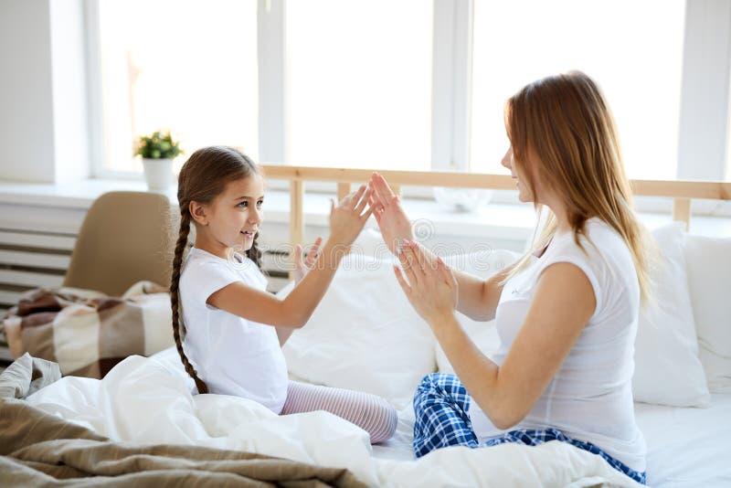 打手比赛的母亲和女儿 免版税库存图片