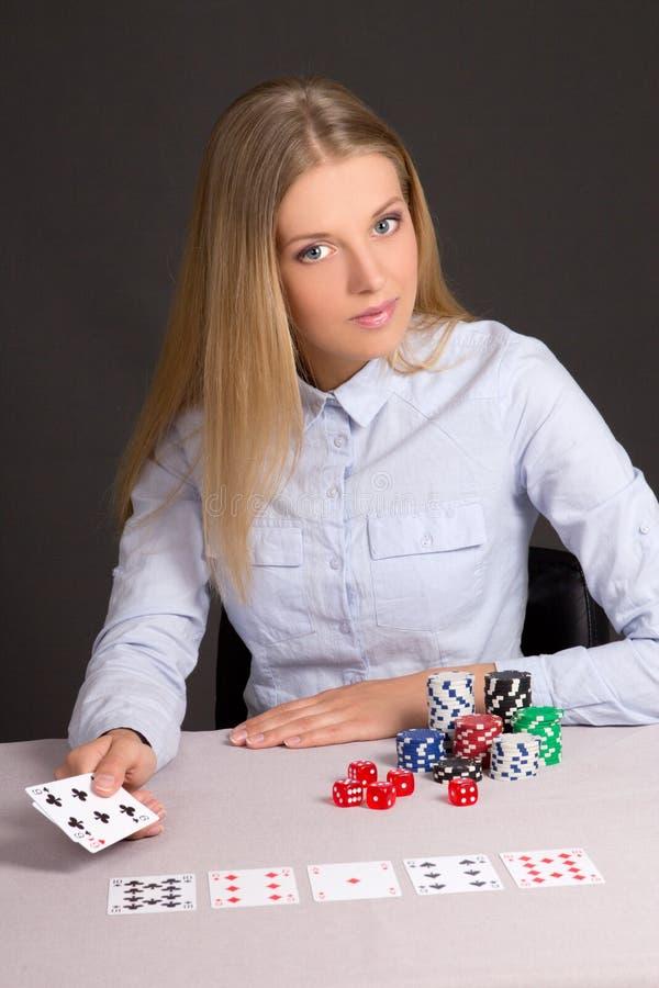 打扑克的可爱的女孩在赌博娱乐场 库存照片