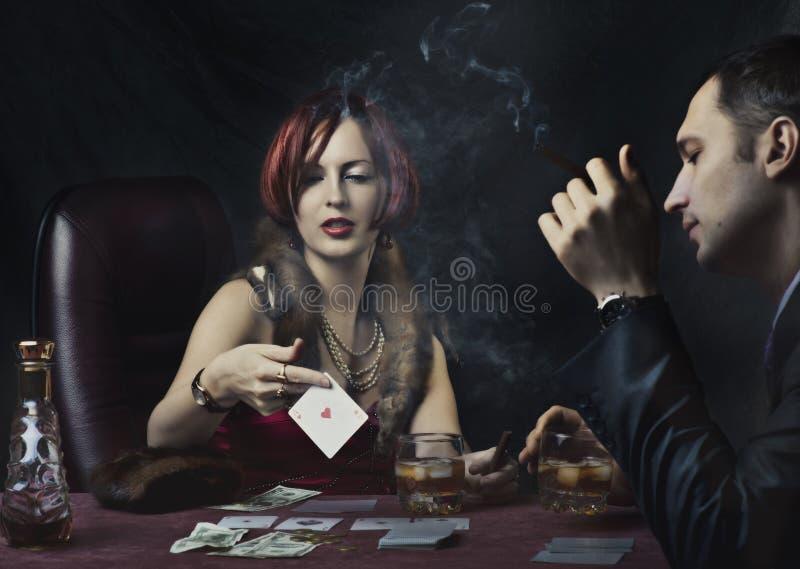 打扑克的夫妇 免版税库存图片