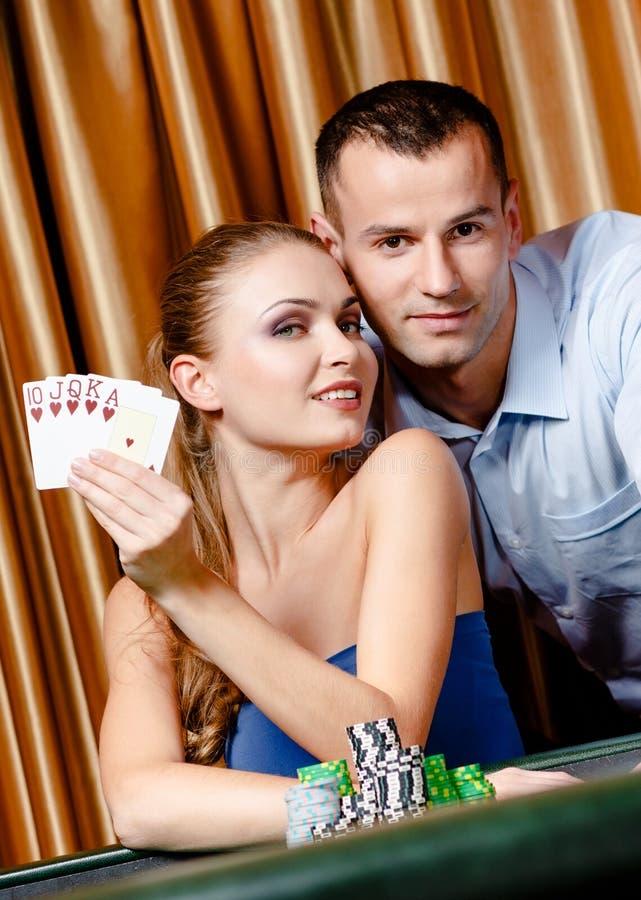 打扑克的夫妇 库存图片