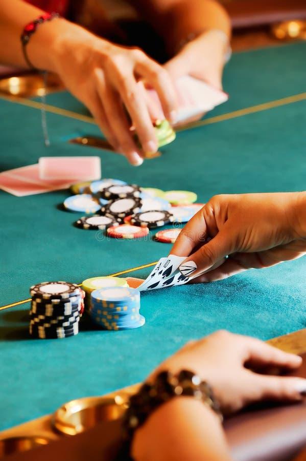 打扑克的妇女 库存图片