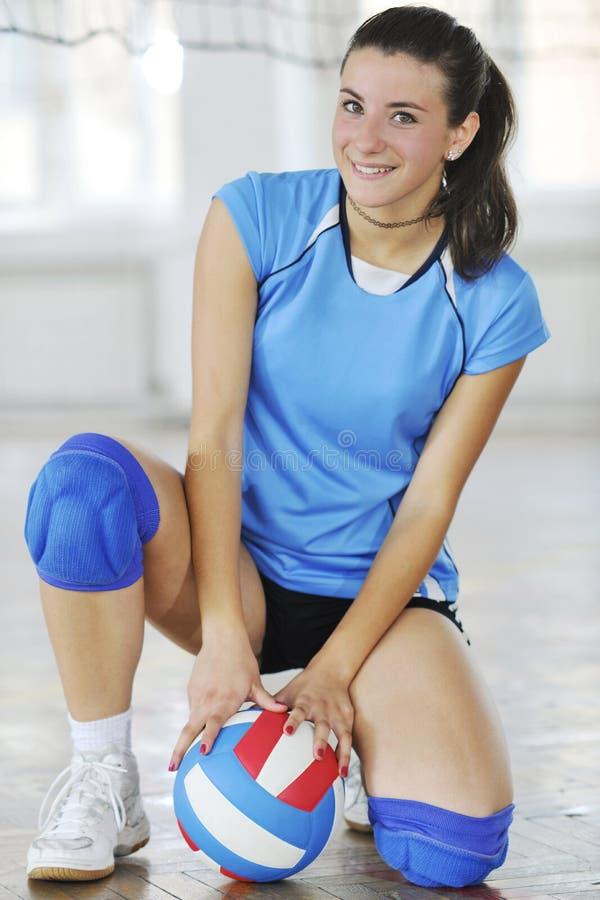 打排球室内比赛的女孩 免版税库存照片