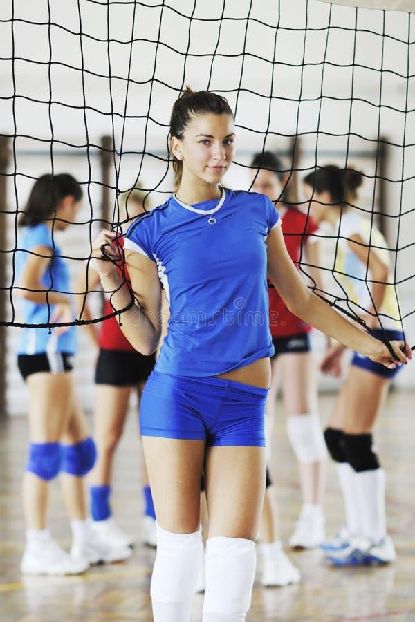 打排球室内比赛的女孩 免版税图库摄影
