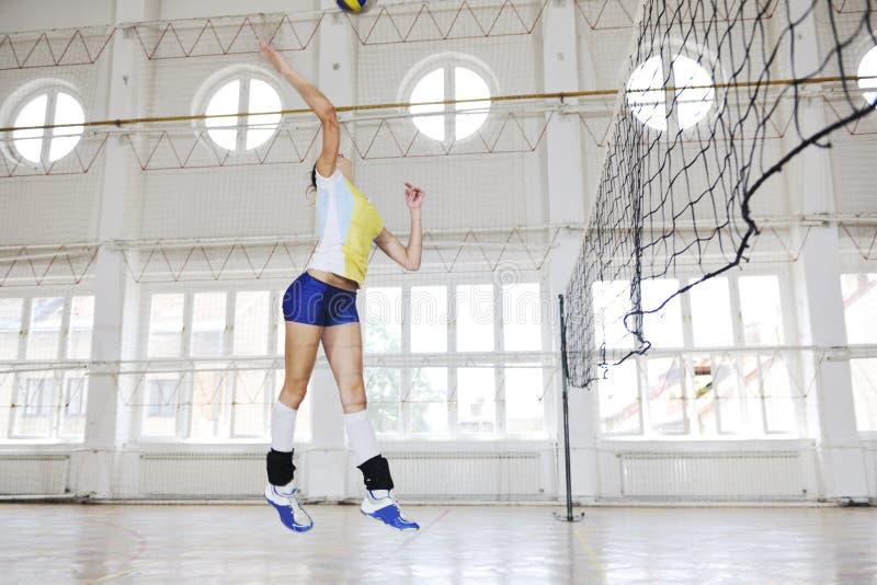 打排球室内比赛的女孩 库存图片