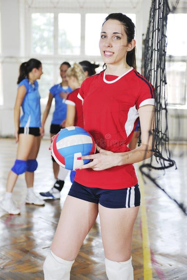 打排球室内比赛的女孩 图库摄影
