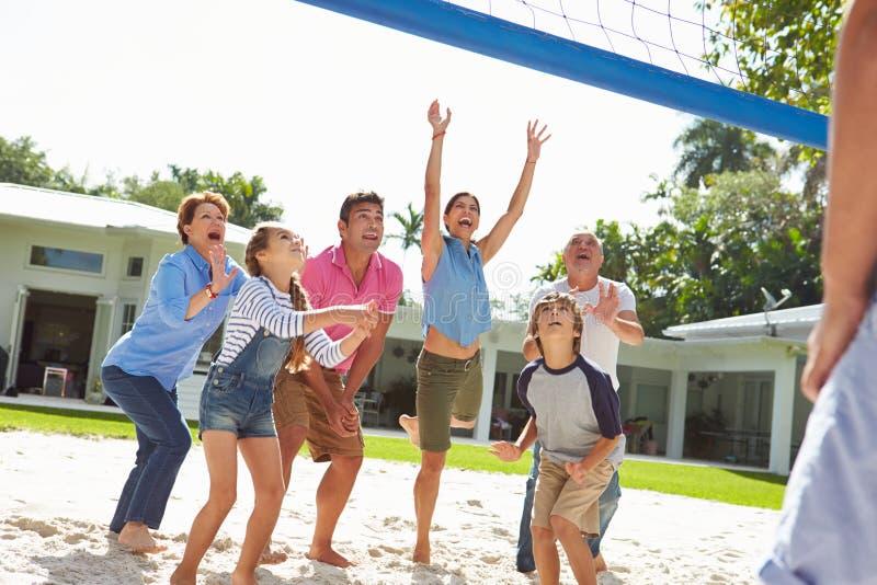 打排球的多一代家庭在庭院里 免版税图库摄影