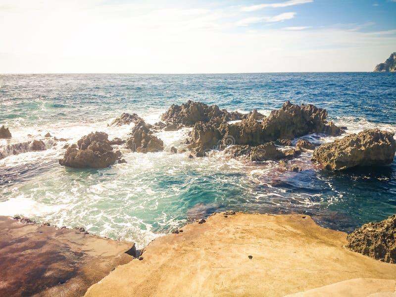 打旋在岩石附近的波浪, 免版税图库摄影