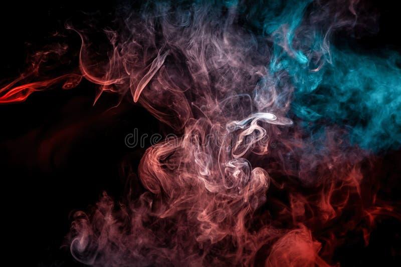 打旋的烟的关闭在黑被隔绝的背景 向量例证