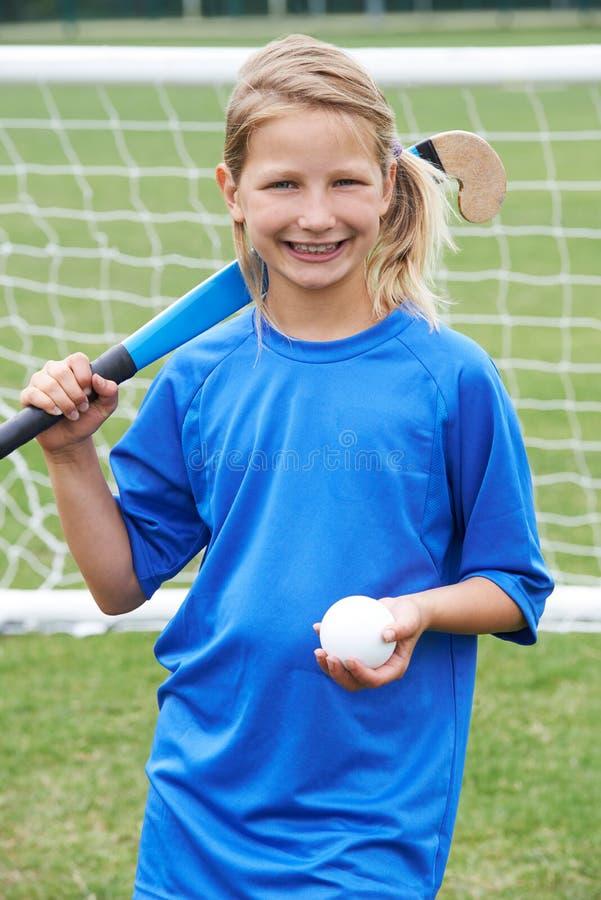 打曲棍球的女孩画象在学校 库存照片