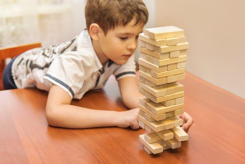 打木刻堆比赛的孩子 免版税库存图片