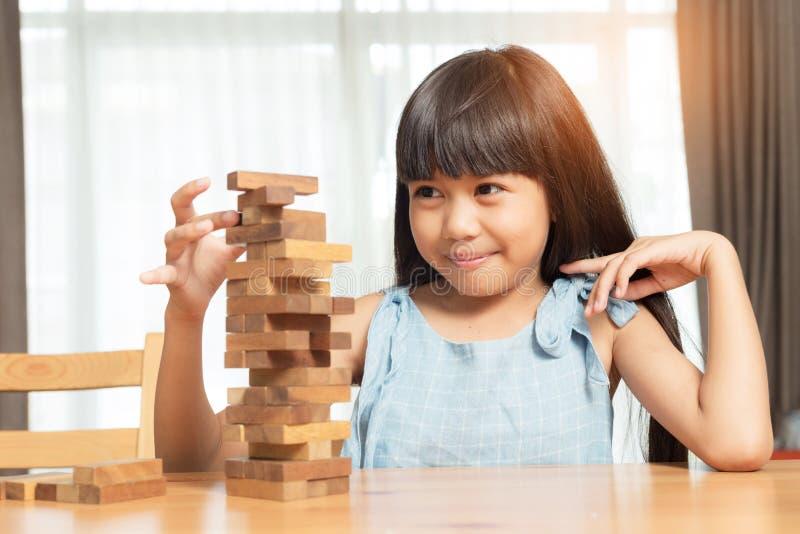 打木刻堆比赛的小女孩 免版税库存照片