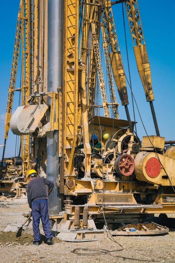 打桩机器在建造场所 免版税库存图片