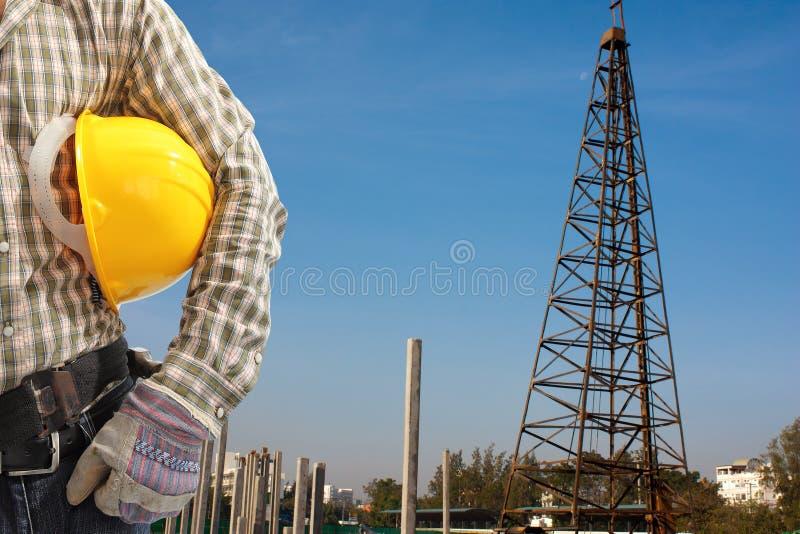 打桩机运作设置在constructi的预制混凝土堆 免版税库存图片