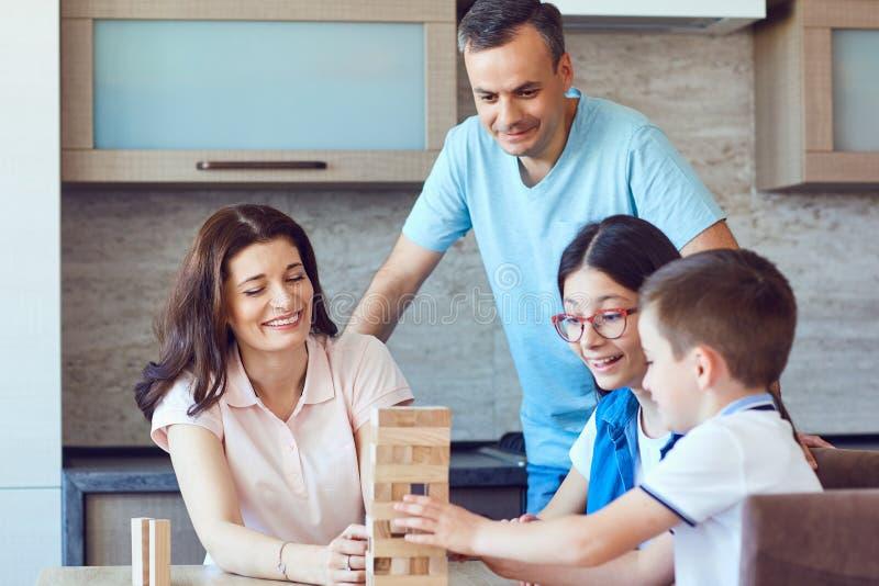 打棋的家庭在桌上 免版税图库摄影
