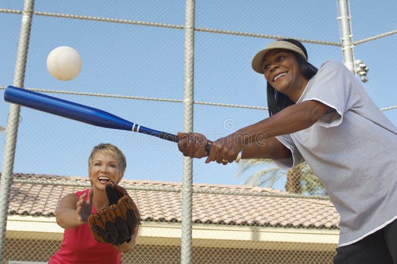 打棒球的女性朋友 免版税库存图片