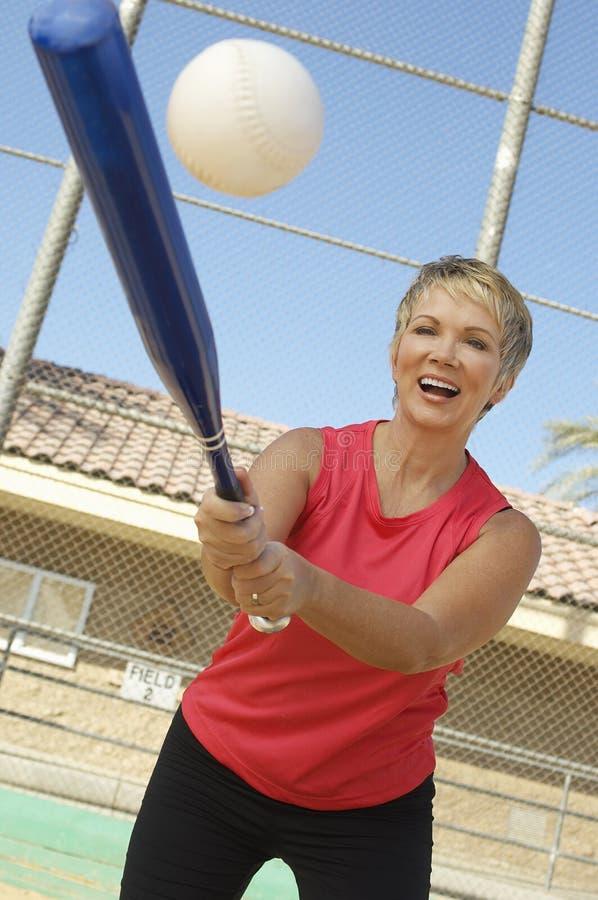打棒球的妇女 免版税图库摄影